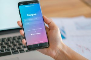 Smartphone exibindo a tela de login do Instagram