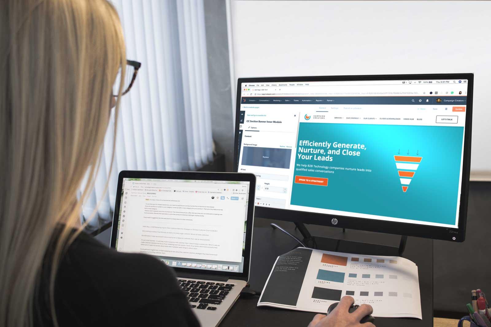 Pessoa em frete a um computador traçando estratégias de marketing digital.