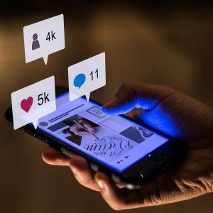 Imagem ilustrando o relacionamento com os clientes pelas redes sociais, através de likes e comentários.