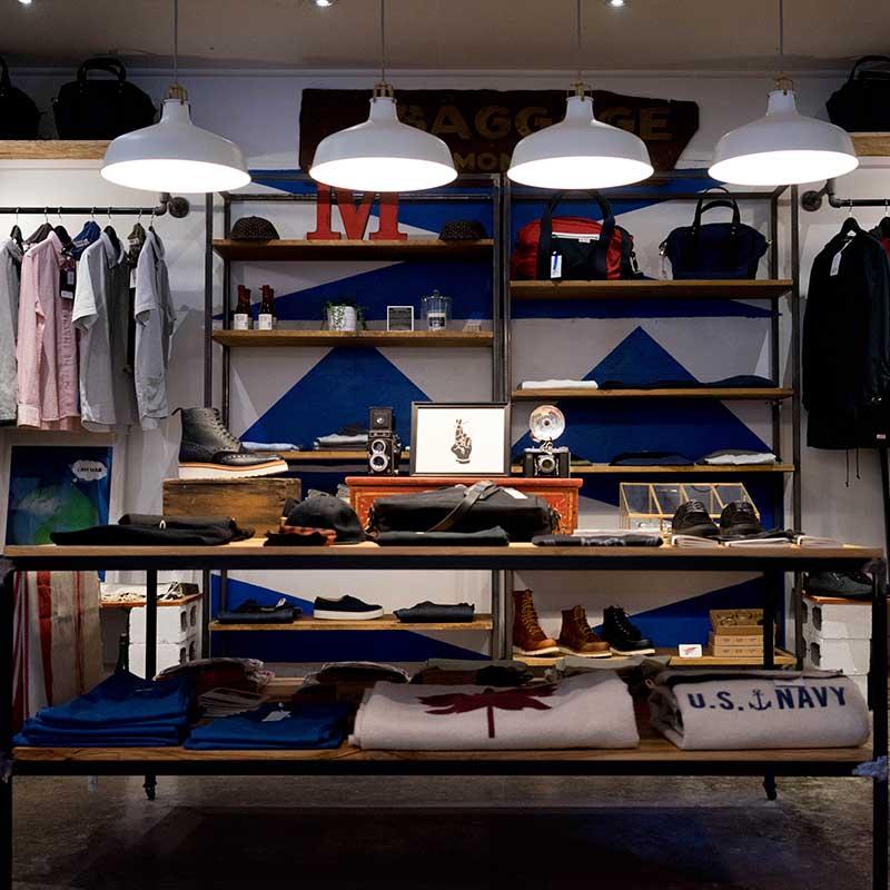 Imagem de uma vitrine de loja de roupas masculinas.